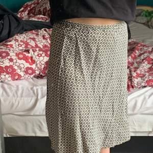 Blommig kjol från Indiska som jag säljer då den inte kommer till användning. Den når precis till knäna på mig som är 170 cm.