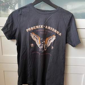 T-shirt med tryck från Gina Tricot. Använd men i fint skick, storlek M. 50 kr, köparen står för frakten.
