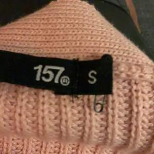 En gamelrosa stickad tröja med tre knappar i storlek S. Den sitter så himla fint på och du kan ha nästan vad som helst under. Den har används en gång och senan borttappad i garderoben och nu är den för liten. Den är i ett jätte bra skick och inget fel på den över huvudtaget
