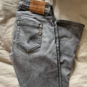 Gråa snygga dondup jeans, bra skick, storlek 25, snygga till det mesta, bra vardags jeans, köpta från butik, slitstarka. Det går att förhandla om priset⭐️😘