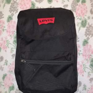 En svart snygg Lewis väska. Använd lite. Ny pris 450 mitt pris 120