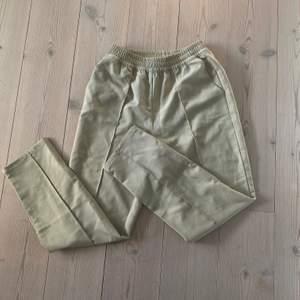 Beigea byxor från Nakd, storlek 34 men passar på mig som oftast har 36 i byxor. 150kr/högsta bud