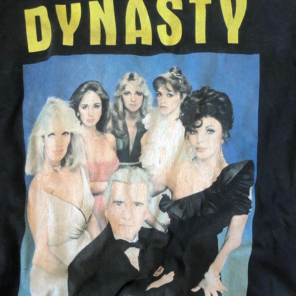 Jättefin tröja från Zara. Dynasty tryck på framsidan. Använt några gånger. Inte sliten. Färgen på tröjan är mörk grå❤️ Hör av er för fler bilder❤️. T-shirts.