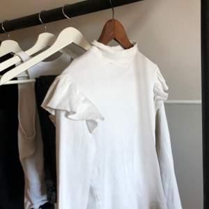 Jättesöt vit ribbad tröja från Zara. Skulle inte säga att storleken passar L, känns mer som M/S enligt mig. Fint skick. Köparen står för frakt 🤍