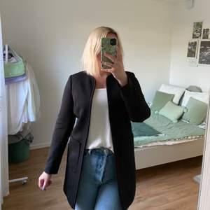 Klassisk & stilren svart öppen kappa från H&M. Rak modell med 2 fickor. Inga knappar eller dragkedja. Bara använd en handfull gånger så i fint skick!
