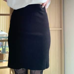 En svart vanlig pennkjol , jättefin både till fest och till vardags. ❤️
