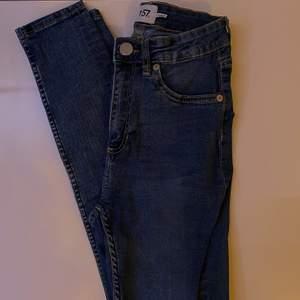 Blåa högmidjade, tighta jeans i bra skick. Bara att skriva vid intresse, frågor eller önskan om fler bilder. Endast post och Swish!
