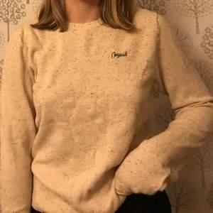 Jag säljer en fin beige oversized stickad tröja med en lite text🤎 i befintligt skick. Kontakta mig i dm om du är intresserad☺️