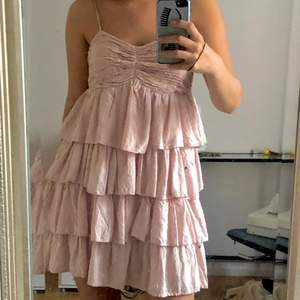 Säljer nu denna fina klänning för inte riktigt min stil längre men älskar dennna! Färgen visas bäst på 2a bilden,jag är 164 cm. Passar nog många storlekar pga att den har resår i bak(se 3e bilden) och justerbara band. Frakt 66 kr❤️ den är storlek 42 på lappen men fungerar väldigt bra ändå på mig som vandligtvis är s/xs . Är flera intresserade blir det budgivning!