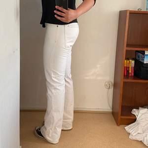 Lågmidjade vita jeans från Mustang. Storlek W35L32 men betydligt mindre o sitter bra på mig som har W33 i lågmidjade jeans.