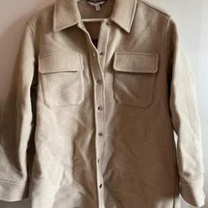 &otherstories skjort jacka i tjockare material. Funkar som höst och vinter jacka. Jackan är sparsamt använd och mycket bra skick. Nypris 1300kr och jag säljer den för 800kr