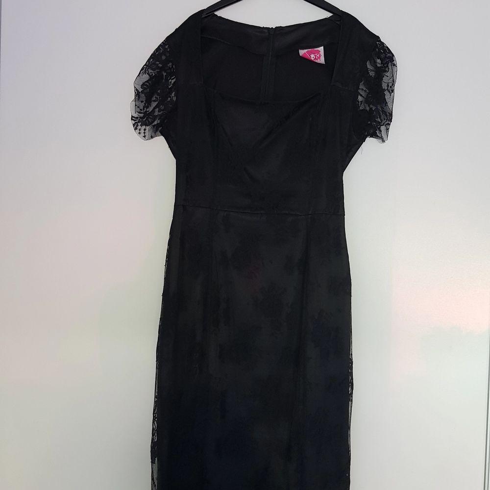 En enkel svart spetsklänning!! Står ingen storlek på den men skulle säga att den är en S/M!! Knappt använd och är i ett bra skick! Köparen står för frakten💗. Klänningar.