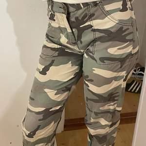 Säljer dessa för att det inte riktigt är min stil, dom är väldigt snygga och är i storlek 164💘går och sätta i bälte om dom är stora i midjan💘 hyfsad bra längd på byxorna för mig som är 163! Dom sitter lite nedanför naveln💘 Köparen står för frakt