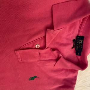Säljer en äkta Ralph lauren skjorta/blus pågrund av att den aldrig används. Knappt använd så den är i topp skick. Kan skickas med frimärke för billigare frakt!