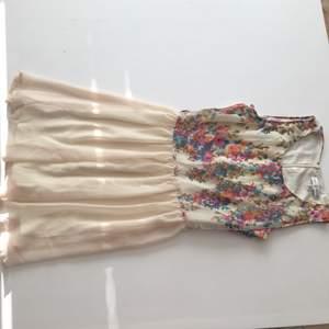 Blommig klänning från Rare London. Kan postas, köparen betalar frakten, eller mötas upp i Kungsbacka.