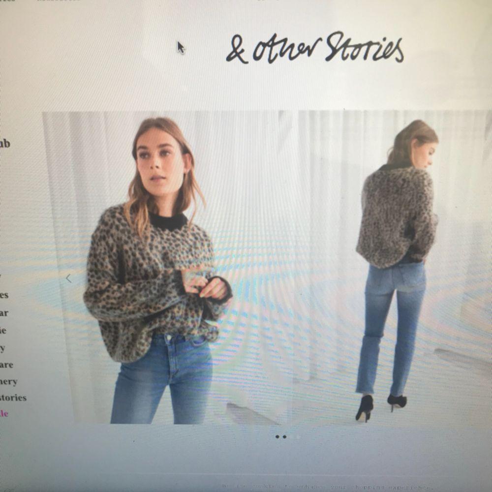 Superfin stickad tröja ifrån & Other stories inköpt för ett år sedan. Lite vidare i kroppen. Se bild ifrån & Stories online shop.  Knappt använd!  Nypris 800kr. Stickat.