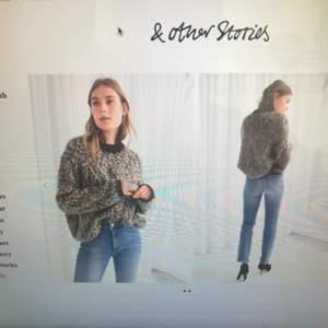 Superfin stickad tröja ifrån & Other stories inköpt för ett år sedan. Lite vidare i kroppen. Se bild ifrån & Stories online shop.  Knappt använd!  Nypris 800kr