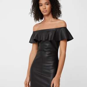 Köpte den här fina klänningen 2019, men den har dessvärre inte kommit till användning. Enbart testad. Den är väldigt bekväm och mjuk i materialet. Skinnimitation, dragkedja i ryggen.