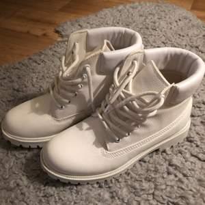 Vita boots från Nelly trend. Strl 36, endast använda 1 gång. Frakt tillkommer 🌸