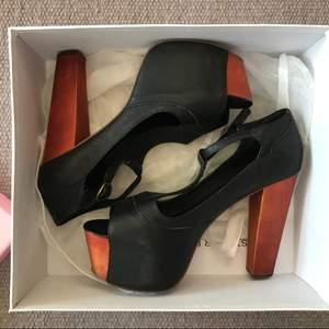 Jeffrey Campbell skor i strl 39. Skönaste klackarna man kan ha. Använda 2ggr inomhus så är i nyskick, ingen som helst slitning på klack eller undersida. Äkta skinn, låda och skyddande påsar till skorna medföljer såklart.