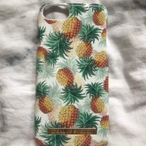 Säljer ett skal från idealofsweden som passar iPhone 7. Har använt några gånger. Den har lite reper men inget som jag tycker syns. Den har gått sönder som du ser på sista bilden. Men inget som syns när man har den på mobilen.🍍💞 Säljer pågrund av jag har byt mobil.👍🏻