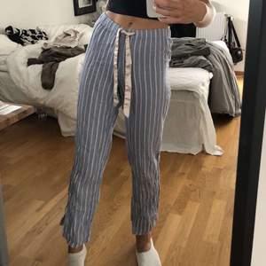 Säljer dessa as sköna randiga pyjamasbyxor från H&M i storlek XS