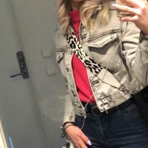 En jeans jacka ifrån Gina Tricot. Storlek XS men passar perfekt som S. Buda på💞