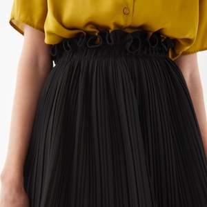 (första och andra bilden är lånade) Svart kjol från Gina Tricot med volangdetaljer. Kjolen är sparsamt använd och i storlek 36. Frakten ligger på 49kr och betalas av köparen 🌟