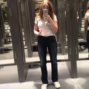 Säljer mina älskade 90s jeans köpta second hand, flare modell. Lite för långa på mig som är 1,58, har vikt upp dom lite i benen på bilderna! Begagnat skick men bra kvalite😍💕