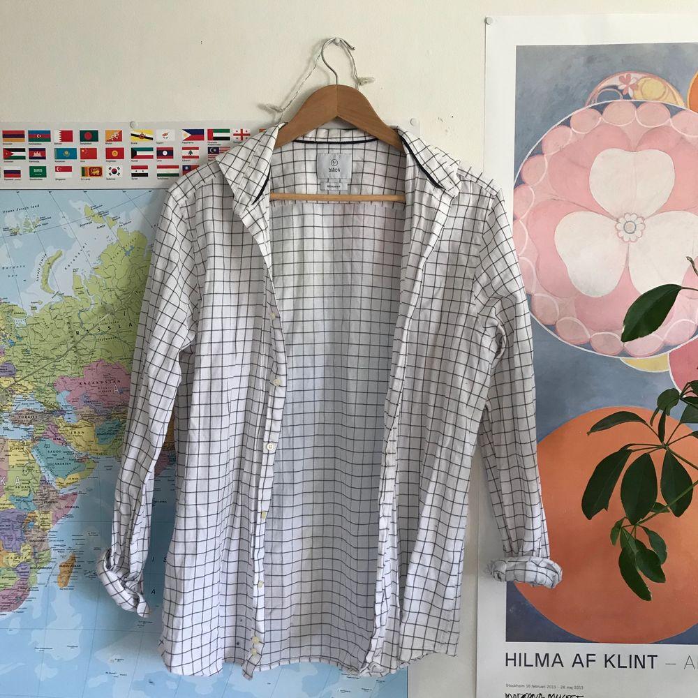 Riktigt fräsch skjorta från bläck! En liten fläck vid en av knapparna (se bild 3), men personligen inget som jag störts av och syns ju inte alls om man tex skulle stoppa in den i byxorna eller knyta upp eller så. . Skjortor.