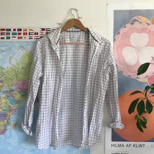 Riktigt fräsch skjorta från bläck! En liten fläck vid en av knapparna (se bild 3), men personligen inget som jag störts av och syns ju inte alls om man tex skulle stoppa in den i byxorna eller knyta upp eller så.