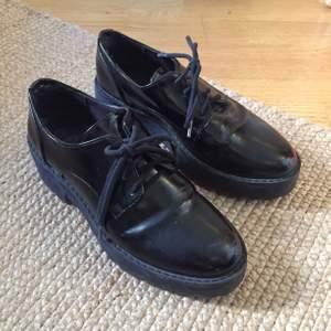 Jättefina skor med glansig yta och platå gummisula. Använda men fortfarande bra skick. Sköna och snygga!!