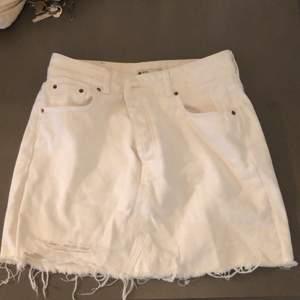 Jeans kjol med knäppning. Aldrig använd endast provad