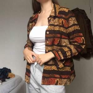 Höstlig och vacker sidenskjorta. Randig med leopard detaljer. Köpt i vintage butik