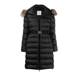 Lång moncler jacka med äkta päls på luvan, jackan är använd en halv vinter. Säljer då jag har en annan. Luvan går att ta av om man vill det. nypris 17000💘💘 pris kan diskuteras