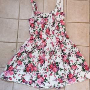 Säljs endast då den är för kort för mig, verkligen en supersöt klänning! Dragkedja bak, är i fint skick. Hund och katt finns i hemmet. 120kr + frakt