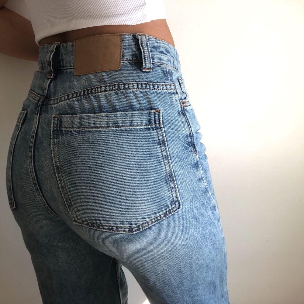 Raka jeans från H&M. Sparsamt använda. Storlek: 36/S! Jag är 173cm lång. 100% bomull. Nypris var ca 400kr. Jag står för frakten (spårbar, 1-2 arbetsdagar med postnord) PM vid frågor eller funderingar!. Jeans & Byxor.