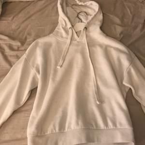 Säljer då denna fina vita hoodien i storlek xs för den inte kommer till användning, köpt för 399kr därav mitt pris, inte nopprig och mysig inuti, kom privat för frågor