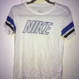 Dunderfet T-shirt från nike💯 Vintage och finns ej att få tag på längre därav högt pris❤️