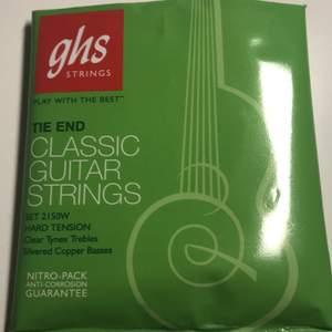 Köpt på Clas Ohlson för 110kr. Alla 6 strängar till en akustisk gitarr. Nylonsträngar.