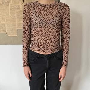 En långärmad seethrough tröja med leopard mönster från Monki. Den är i storlek xs och har aldrig används:))