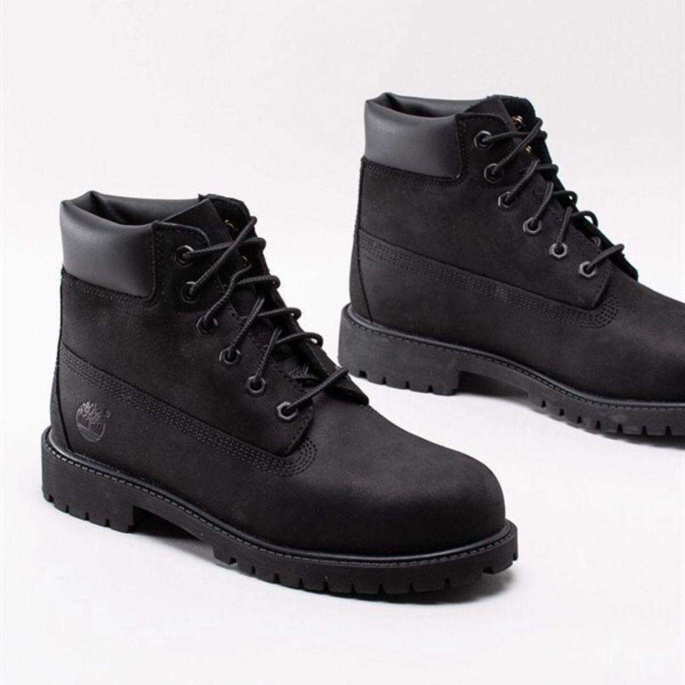 Jättesköna skor men som tyvärr inte passar min stil, använda sparsamt! Otroligt bra och tåliga ska dem vara och dem är i fint skick! Om du är intresserad skickar jag fler bilder! Bud om flera är intresserade✨💕. Skor.