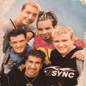 Boyband t-shirt N*SYNC från 90-talet. Rak klassisk modell som sitter bra, smått oversize på mig som är 36.