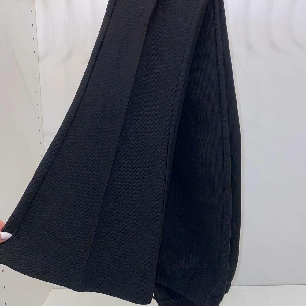 Säljer dessa byxor från BikBok! Dem är mjuka i materialet (kan skicka bild vid intresse!) och är i bootcut modell. Sparsamt använda. Säljer för 80kr💕💕 köparen står för frakten!! . Jeans & Byxor.