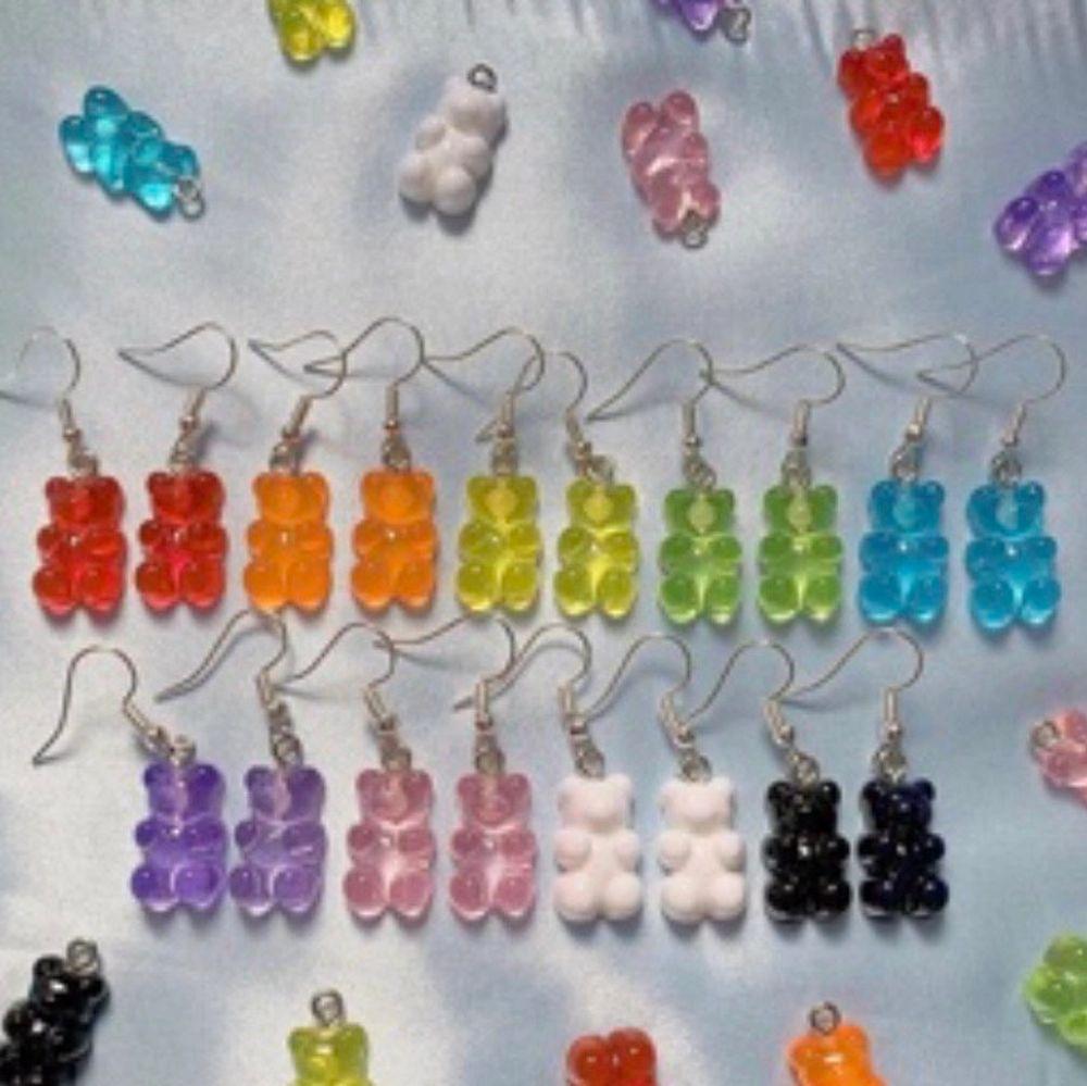 Supersöta gummibjörnsörhängen. Nyckelfria och allergivänliga. Finns i alla färger💙💚💛🧡❤️💜🖤🤍💗. Accessoarer.