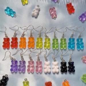 Supersöta gummibjörnsörhängen. Nyckelfria och allergivänliga. Finns i alla färger💙💚💛🧡❤️💜🖤🤍💗