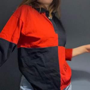Jättefin tröja från monki, blå och röd! Har en liten tuschfläck på ryggen som syns på sista bilden 💞