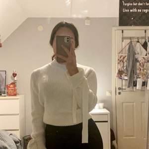 Vit jätteskön stickad tröja , säljer för den ej kommer till användning