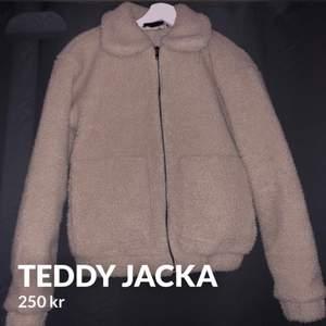 Teddy jacka i storlek xs (32-34)  Säljes för 250kr  Använd några gånger
