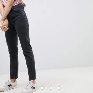 Köpta strax innan sommaren år 2020, nypris: 500kr. sparsamt använda då jag bara använt dem enstaka gånger. Hade inte hajat hur jeansstorlekar funkade när jag köpte dessa så även fast de passar mig idag sitter de inte som jag föredrar🥰). Fri frakt. 🤍